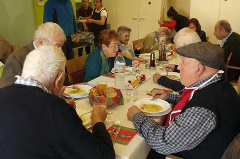 Un grupo de voluntarios lleva a domicilio las comidas navideñas a varios ancianos de Martorelles
