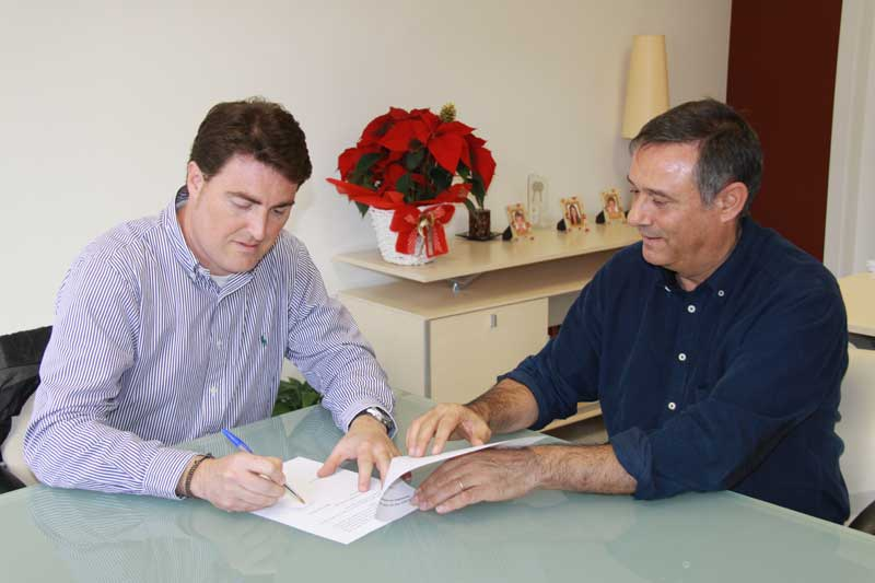 Manuel Busquets (CiU) y Ignasi Simon (PSC) firmando e acuerdo de gobierno