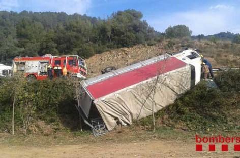 Un camión cae por un terraplén de la C-17 en la Garriga al evitar chocar contra un turismo