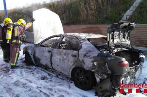 Un incendio de un coche en Cardedeu provoca retenciones en la autopista