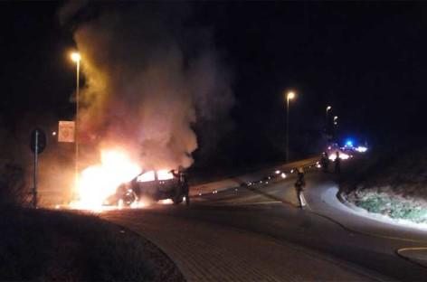 Un coche incendiado rodó sin control por una pendiente hasta estrellarse contra una rotonda en Lliçà d'Amunt.