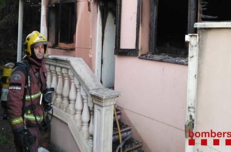 Un incendio destruye parcialmente una casa desocupada de la Garriga