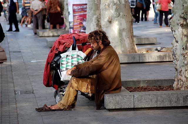 Un indigente por las calles de Barcelona