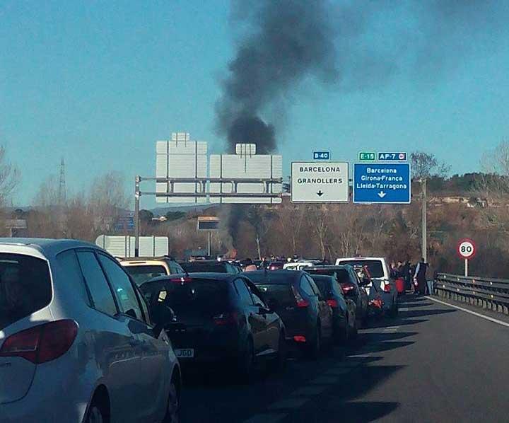 El humo del incendio del vehículo visto desde la autovía