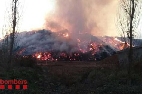 El incendio de una empresa de Llinars sigue activo 36 horas después