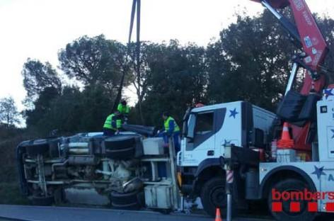 Un camión cargado de gasóleo vuelca en la C-59 en Sant Feliu de Codines