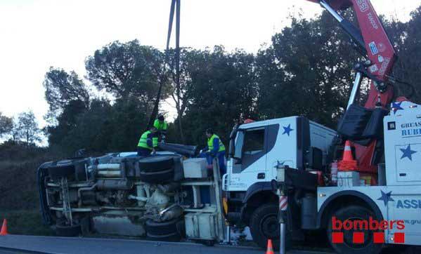 Los operarios trabajando para retirar el camión volcado