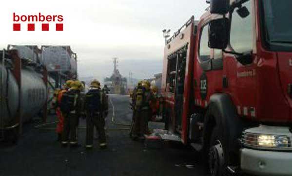Los bomberos trabajando para transvasar el producto químico