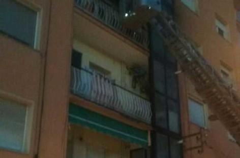 Un incendio obliga a desalojar un edificio de cinco plantas en Canovelles