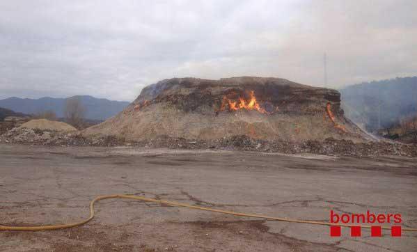 El imagen del incendio este lunes en una imagen facilitada por los bomberos