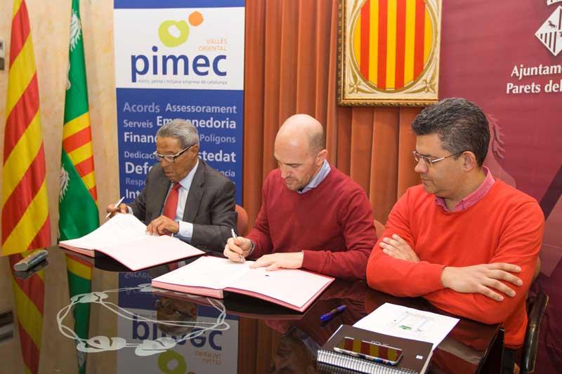 Vicenç Paituví y Sergi Mingote firmando el acuerdo. Foto: Ajt de Parets