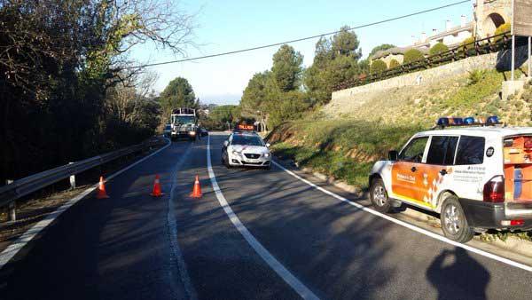 La B-500 ha sido cortada mientras se rescataba al conductor. Foto: Protecció Civil Sant Fost