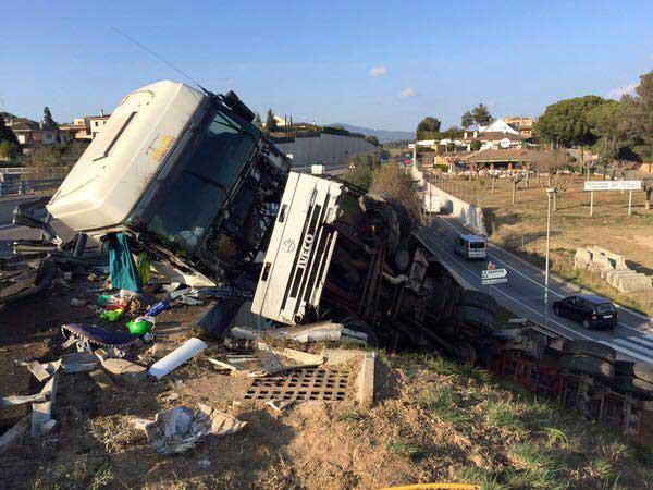 El camionero resultó ileso pese a lo espectacular del accidente. Foto: Alba Sánchez