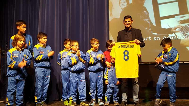 Los jugadores del Benjamin de la UD Canovelles entregaron la camiseta a Hidalgo