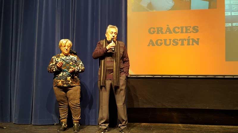 Agustín Pérez recibió un recuerdo de manos de su mujer