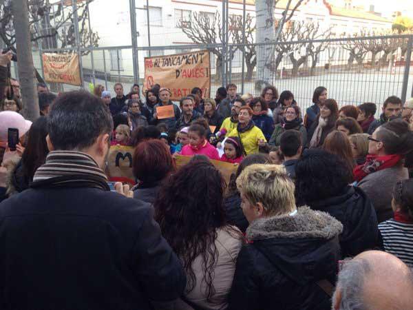 Momento de la concentración ante els Col.legis Nous. Foto: Mireia Dionisio
