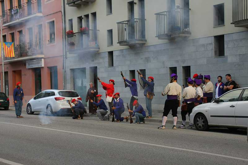 Los Trabucaires lanzaron salvas delante de la casa del regidor durante la Festa Major del 2014