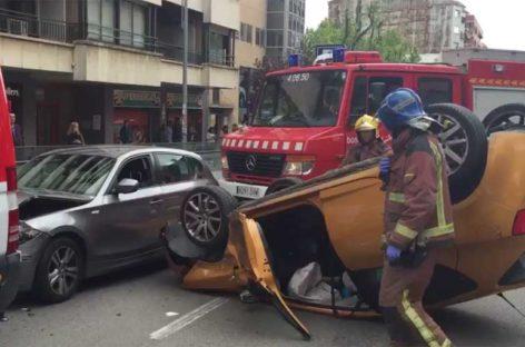 Espectacular accidente con cinco heridos leves en el centro de Granollers