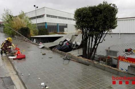 Un coche se sale de la C-17 en Granollers y cae sobre Piscinas del Vallès