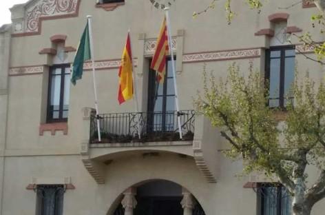 L'Ametlla vuelve a colocar la bandera española en el Ayuntamiento y retira las esteladas