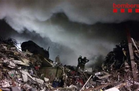 Apagado tras cinco horas el incendio de un chatarrero en Granollers