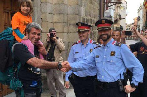 El Mosso de Granollers que camina 3.000 kilómetros por una causa solidaria atraviesa la frontera