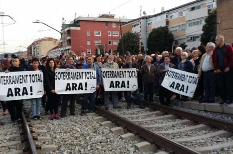 Una protesta para reclamar el soterramiento de las vías en Montcada provoca nuevos retrasos en la R2 y R11