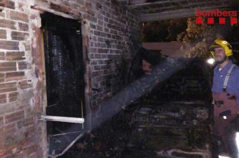 Un incendio quema un coche y parte de una casa en la Roca del Vallès