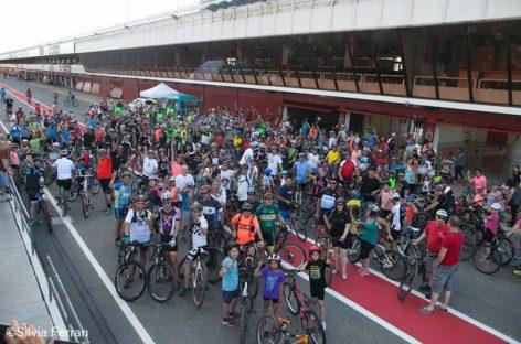 Los trabajadores de Freudenberg pedalan en el Circuit para recaudar fondos contra el cáncer infantil
