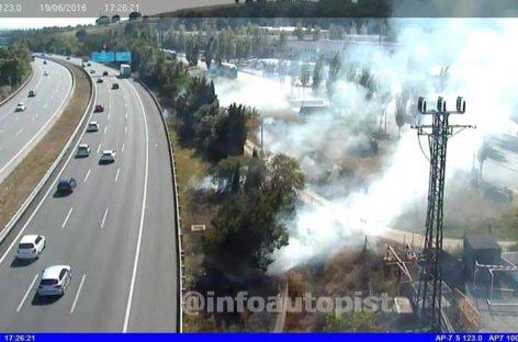 Un pequeño incendio obliga a cortar un carril de la AP7 en Cardedeu