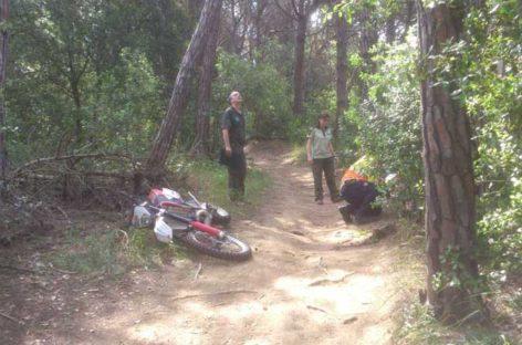 Un motorista arrolla y hiere a un agente rural en una pista forestal de la Roca