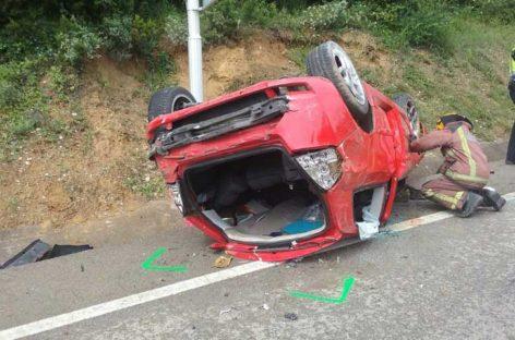 Espectacular accidente con una mujer herida leve en Sant Feliu de Codines