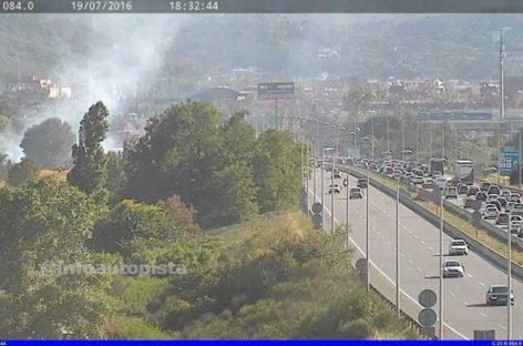 Un incendio de un grupo de barracas en Montcada obliga a cortar la autopista C-33