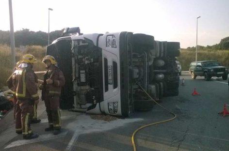 Un camión cargado de lingotes de aluminio vuelca en l'Ametlla