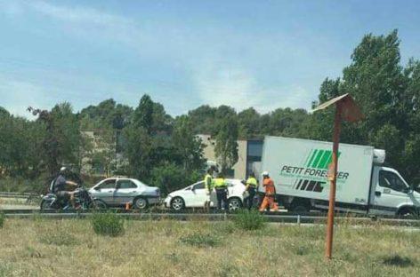 Accidente entre un camión y cuatro coches en la C-35, en Cardedeu