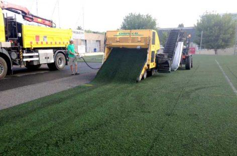 Renuevan el césped artificial del campo de fútbol de Corró d'Avall