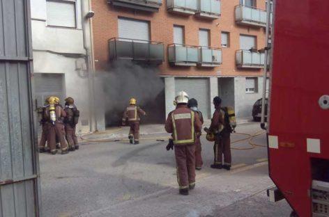 Incendio de cuatro vehículos en el interior de un parking en Cardedeu