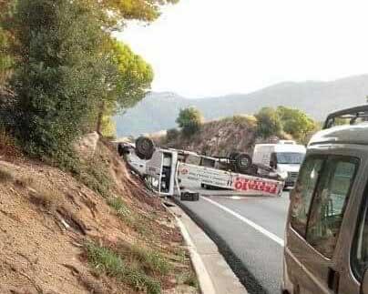 El camión quedó volcado cortando la vía. Foto: Anti Radar Català