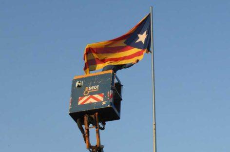 Rompen y envuelven con la bandera española la estelada que la ANC colocó a la entrada de Granollers