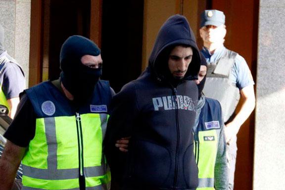 Momento en que salía de su domicilio el detenido en Canovelles