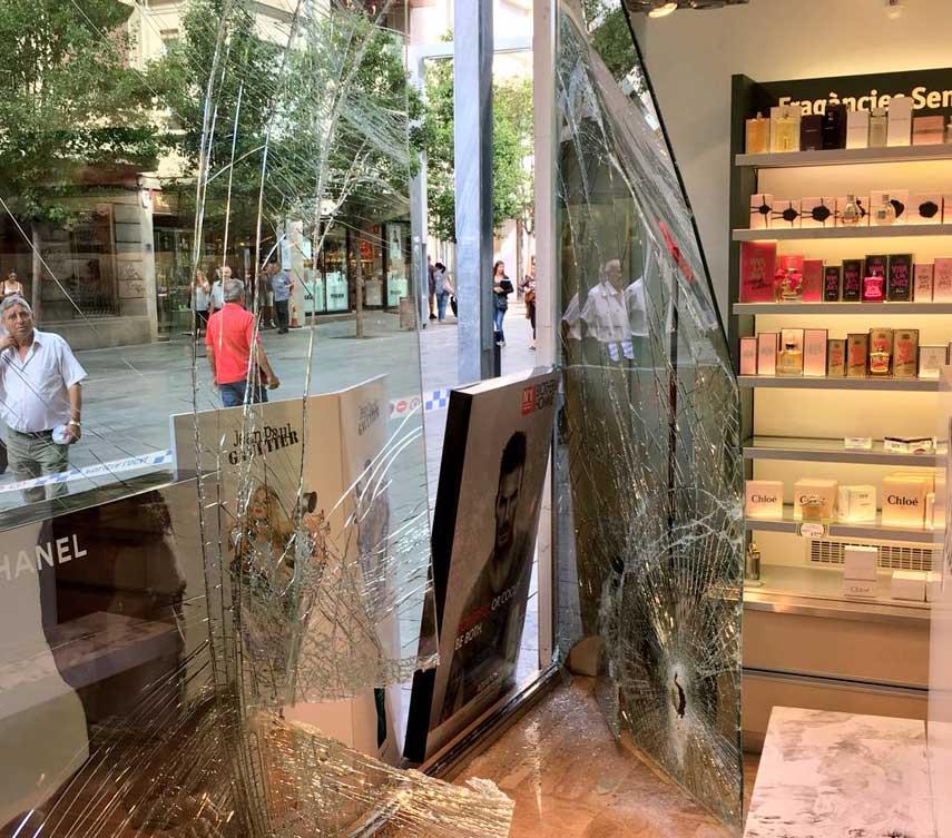 El escaparate roto visto desde el interior del comercio. Foto: Àlex Sastre