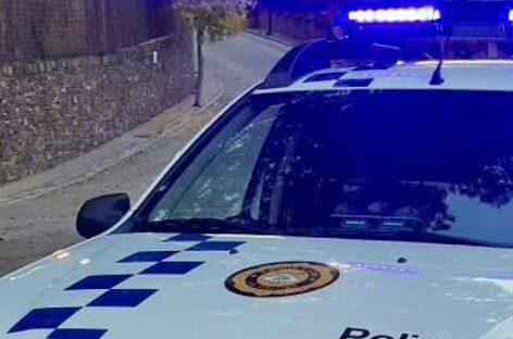 La policía de la Garriga denuncia a un conductor por consumo de alcohol tras chocar contra dos coches