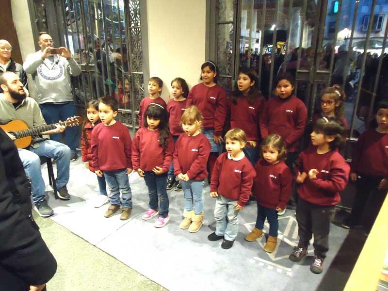 Els nens de la coral Art 4 cantant nadales a l'entrada de l'Ajuntament.