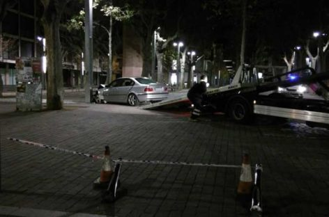 Un joven de Canovelles detenido tras estrellar su coche en la plaza de la corona por conducir bebido, contradirección y saltándose semáforos
