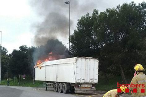 Un camión cargado de basura se incendia en la Roca