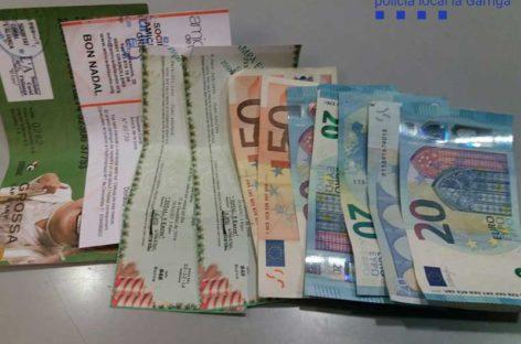 Dos jóvenes de la Garriga devuelven una cartera con 1.100 euros