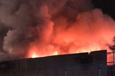 Un espectacular incendio en un chatarrero de Granollers moviliza 14 unidades de bomberos