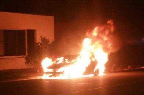 Un coche resulta completamente calcinado en la Garriga