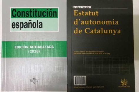 Ciutadans de Canovelles regala a Puigdemont una Constitución y un Estatut para recordarle sus obligaciones