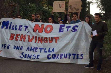 Un grupo de jóvenes de l'Ametlla protestan a las puertas de la casa de Millet contra su presencia